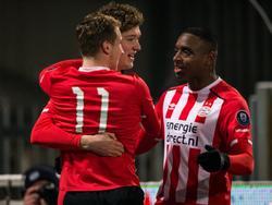 Sam Lammers (m.) zet Jong PSV op een 2-3 voorsprong tegen FC Dordrecht. (10-02-2017)
