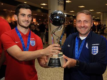 Aanvoerder Lewis Cook (l.) en trainer Paul Simpson (r.) van Engeland u20 toont de wereldbeker aan de pers. (12-06-2017)