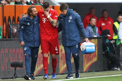 Niklas Süle abandona el césped del Augsburgo.