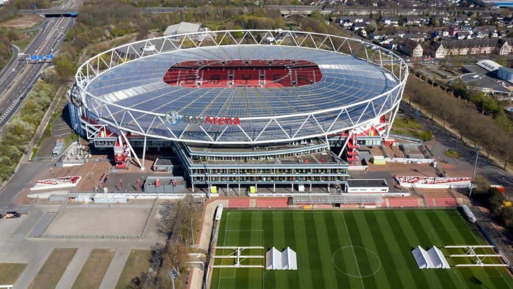 Leverkusen wurde von Bayer in Vereinsfarben geschmückt