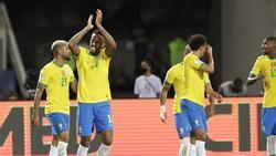 Brasiliens Eder Militao (2l) feiert den Führungstreffer gegen Ecuador