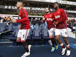 Marcos Rojo (l.), Daley Blind (m.) en Timothy Fosu-Mensah betreden het veld van White Hart Lane voorafgaand aan de competitiewedstrijd tussen Tottenham Hotspur en Manchester United. (10-04-2016)