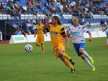 Checa (izq.) y Segura pugnan por el cuero en el Marbella FC-UCAM Murcia. (Foto: Marbella FC)