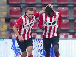 Olivier Rommens (l.) van Jong PSV viert zijn doelpunt tegen Go Ahead Eagles met Augustine Loof. (10-08-2015)