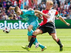 Jari Oosterwijk (l.) vecht in De Kuip met Dirk Kuyt (r.) om de bal tijdens de competitiewedstrijd tussen Feyenoord en FC Twente. (14-08-2016)