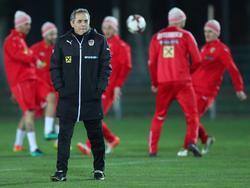 ÖFB-Teamchef Marcel Koller muss sich vorerst noch mit Lichtstärke und Platzbeschaffenheit befassen statt mit den Ausfällen beim Gegner
