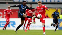 Bernard Tekpetey (l.) spielte zuletzt für den SC Paderborn in der 2. Bundesliga