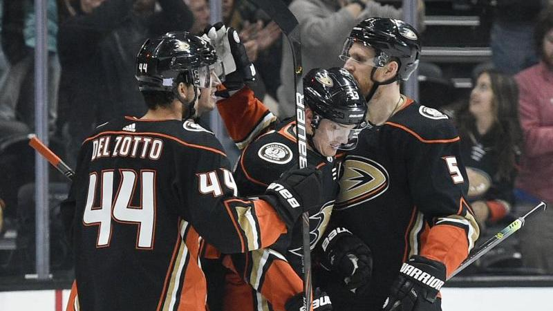 Korbinian Holzer (r.) feierte mit den Anaheim Ducks einen Derbysieg