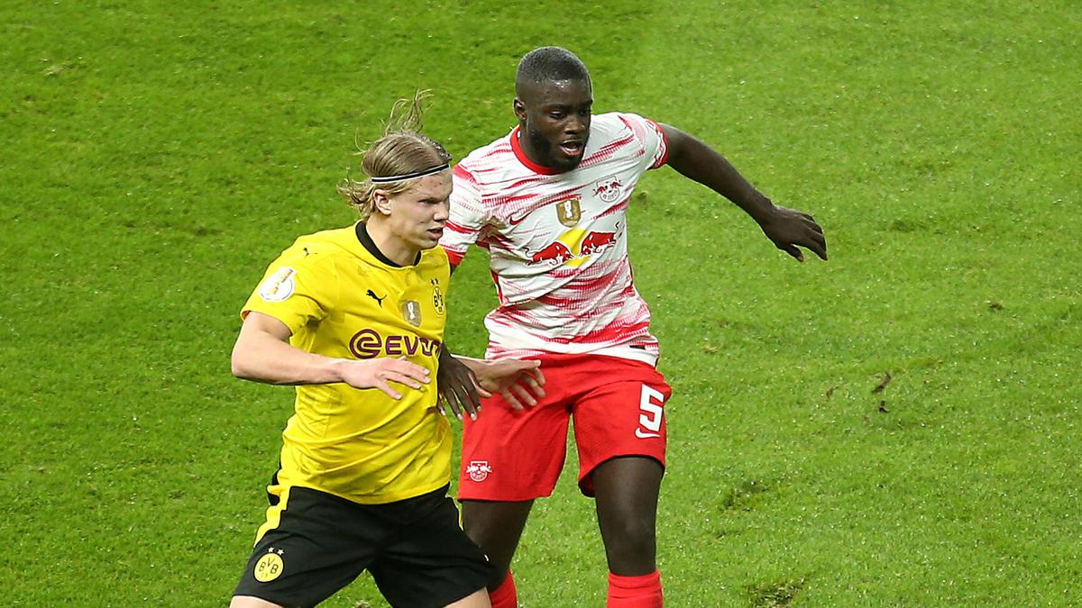 Zahlte gegen den BVB viel Lehrgeld: Neuzugang Dayot Upamecano vom FC Bayern (r.)