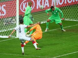 Mesut Özil erzielt das 2:0 für Deutschland gegen Algerien