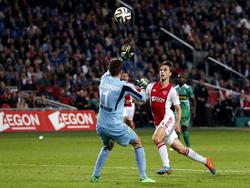 Joël Veltman (m.) laat voetballen heel simpel lijken tijdens Ajax - FC Dordrecht. De verdediger stift de bal over Filip Kurto (l.) heen en tekent zo voor de 3-0. (01-11-2014)