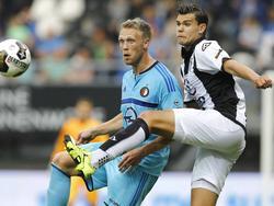 Justin Hoogma (r.) vecht een duel uit met Nicolai Jørgensen (l.) tijdens het competitieduel Heracles Almelo - Feyenoord (21-08-2016).