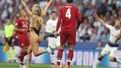 Eine Flitzerin (l.) machte im Champions-League-Finale auf sich aufmerksam