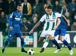 Danny Hoesen (m.) houdt sc Heerenveen-verdediger Joost van Aken (r.) van zich af. Jerry St. Juste (l.) kijkt toe. (15-10-2016)