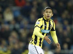 Yuning Zhang komt in beweging tijdens het competitieduel Vitesse - FC Twente (15-01-2017).
