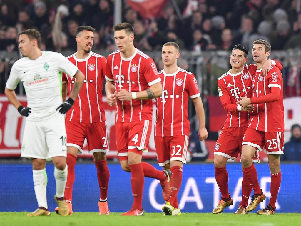 Der Bremer Max Kruse (l.) ist enttäuscht, die Bayern-Stars jubeln hingegen glücklich