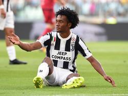 Juan Cuadrado se queja de una falta ante el Cagliari. (Foto: Getty)
