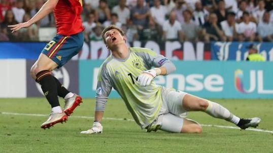 Weil Towart Alexander Nübel den Ball nicht festhält kann der Spanier Dani Olmo das Tor zum 2:0 gegen Deutschland erzielen