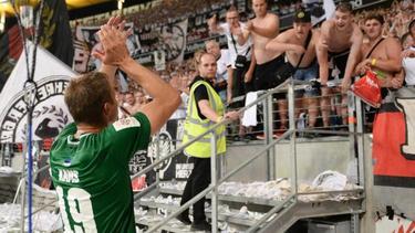 Gert Krams, Kapitän vom FC Flora Tallinn, applaudiert nach dem Spiel den Frankfurter Ultras für die gute Stimmung. Foto:Arne Dedert
