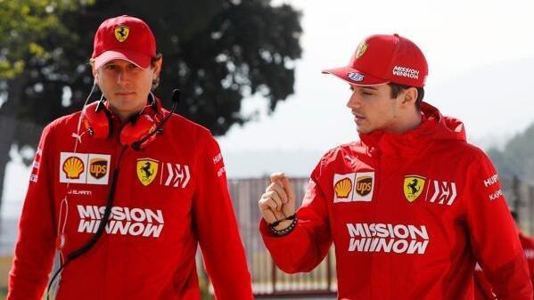 Ferrari-Präsident John Elkann mit Formel-1-Fahrer Charles Leclerc