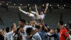 Lionel Messi wird von seinen Mannschaftskollegen hochgelebt