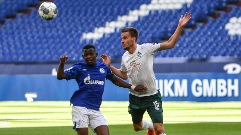 Bremens Sebastian Langkamp (r.) im Zweikampf mit Schalkes Rabbi Matondo
