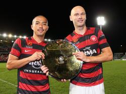 Shinji Ono (l.) samen met Dino Kresinger (r.) na de overwinning op Brisbane Roar. (12-4-2013)
