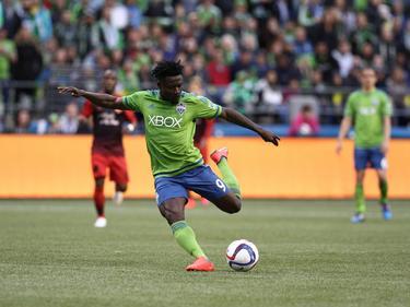 Obafemi Martins lost een schot tijdens het competitieduel Seattle Sounders - Portland Timbers. (27-04-2015)