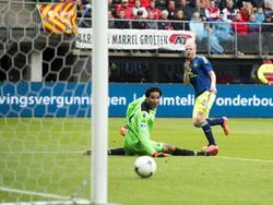 Davy Klaassen (r.) verschalkt Esteban (l.) en zet Ajax op voorsprong tijdens AZ Alkmaar - Ajax. (17-8-2014)