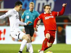 Thom Haye (l.) en Robbert Schilder gaan beide voor de bal tijdens het bekerduel FC Twente - AZ. (27-01-2015)