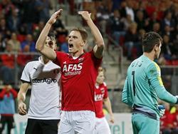 Markus Henriksen pept het publiek in Alkmaar op tijdens de Europese wedstrijd tegen Astra Giurgiu. AZ heeft één doelpunt nodig om zich te plaatsen voor de Europa League. (27-08-2015)