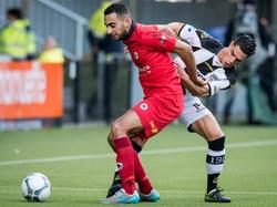 Excelsior-middenvelder Adil Auassar (l.) voorkomt dat zijn tegenstander van Heracles Almelo, Joey Pelupessy, in balbezit kan komen. (22-11-2015)