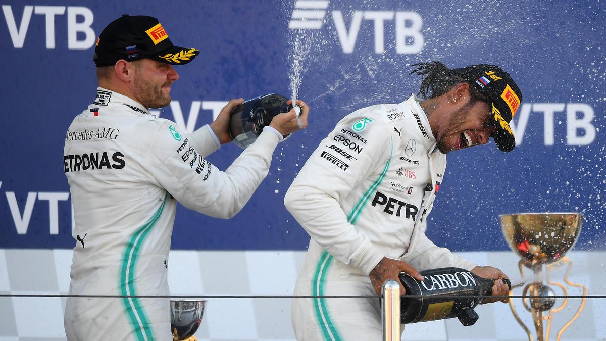 Das Mercedes-Duo eilt der Konkurrenz davon