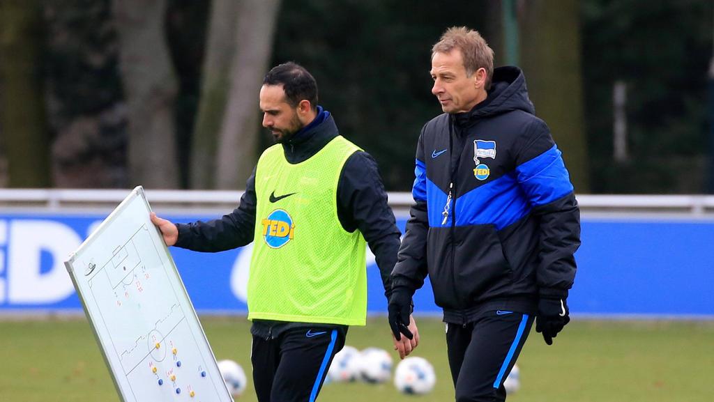 Jürgen Klinsmann (r.) verfolgte das erste Spiel von Alexander Nouri (l.) als Interimstrainer von Hertha BSC