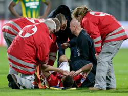 Markus Henriksen raakt halverwege de wedstrijd geblesseerd aan zijn knie. De middenvelder moet al in de eerste helft het speelveld bij AZ Alkmaar - ADO Den Haag verlaten. (04-12-2015)