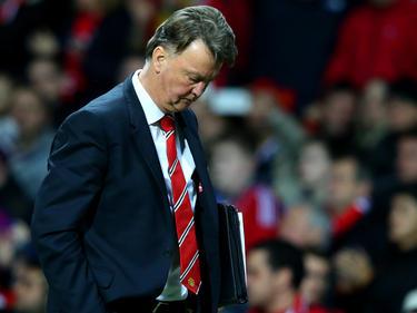 Van Gaal overweegt zijn tactiek. Zijn de dagen geteld voor de Nederlandse trainer? In de wedstrijd tegen Chelsea mist zijn ploeg een aantal grote kansen, dat kan hem wel eens fataal worden. (28-12-2015)
