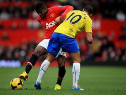 Wilfried Zaha (l.) in duel met Hatem Ben Arfa (r.) tijdens Manchester United - Newcastle United. (07-12-2013)