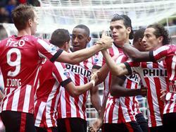 Luuk de Jong (l.) maakt zijn eerste competitiedoelpunt in het shirt van PSV en viert dat met zijn teamgenoten. (31-08-2014)