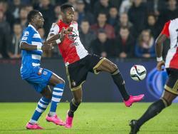 Terence Kongolo (r.) kan de bal rustig meenemen, terwijl Sheraldo Becker weinig aanstalten lijkt te maken om het de verdediger van Feyenoord moeilijk te maken. (24-09-2015)