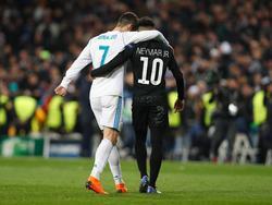Ronaldo se abraza con Neymar en un Madrid-PSG.