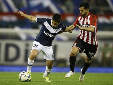 Matías Vargas conduce el cuero con Vélez.