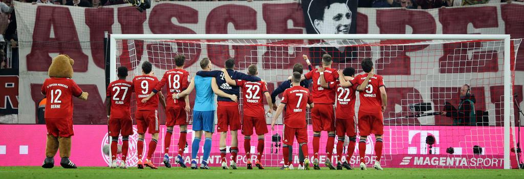 Die Bayern genießén den Erfolg mit den Fans