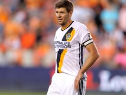 Steven Gerrard draagt de aanvoerdersband bij Los Angeles Galaxy in het duel met Houston Dynamo. (15-04-2016)