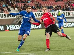 Faris Hammouti (l.) probeert Teije ten Den (r.) af te stoppen tijdens de play-offs om promotie/degradatie tussen Helmond Sport en Almere City FC (08-05-2017).