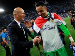 Zidane felicita a Navas tras el título liguero de 2017.