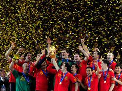Am 11.07.2010 feiern die Spanier in Südafrika ein historisches Ereignis: Die Iberer gewinnen durch ein 1:0 gegen die Niederlande den ersten Weltmeistertitel für ihr Land. (11.7.2010)