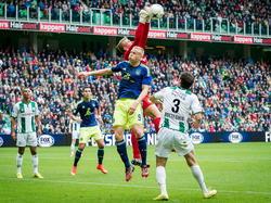 Kolbeinn Sigþórsson probeert de bal te koppen, maar Sergio Padt komt goed uit en vangt de bal. (31-08-2014)