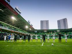 De supporters van FC Groningen bedanken het publiek na de 1-0 overwinning op Roda JC. (19-04-2016)
