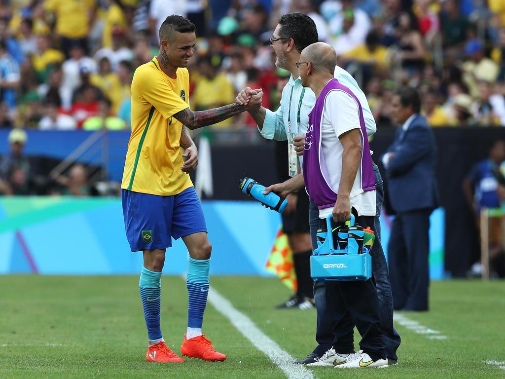 Micale felicitando a Luan por su gol contra Honduras. (Foto: Getty)