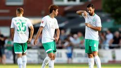 Werder-Routinier Claudio Pizarro (r.) und Yuya Osako (M.) müssen krankheitsbedingt mit dem Training aussetzen